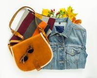 Elegancki jesieni spojrzenie Jesieni moda, kobiety jesieni strój na białym tle Błękitna drelichowa kurtka, retro okulary przeciws Obrazy Stock