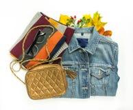 Elegancki jesieni spojrzenie Jesieni moda, kobiety jesieni strój na białym tle Błękitna drelichowa kurtka, retro okulary przeciws Fotografia Stock