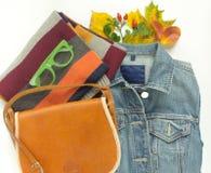 Elegancki jesieni spojrzenie Jesieni moda, kobiety jesieni strój na białym tle Błękitna drelichowa kurtka, zieleni retro okulary  Obrazy Stock