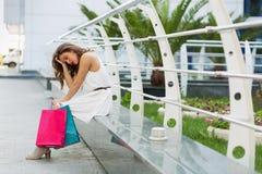 Elegancki kobieta zakupy w lata mieście obraz royalty free
