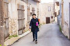 Elegancki kobiety odprowadzenie wokoło starego miasteczka Kobieta outdoors Obraz Stock