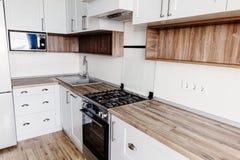 Elegancki kuchenny wewnętrzny projekt Luksusowy nowożytny kuchenny meble w popielatym koloru i stali piekarniku, fridge, zlew, dr obrazy stock