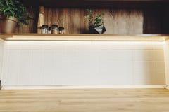 Elegancki kuchenny wewnętrzny projekt Luksusowy nowożytny kuchenny meble w popielatym kolorze i drewnianym tabletop Przestrzeń dl zdjęcia stock