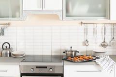 Elegancki kuchenny wnętrze z piekarnikiem i setem kulinarni naczynia zdjęcie stock