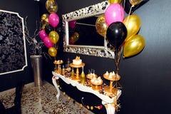 Elegancki luksus dekorujący cukierku nietoperz z balonami przy złotym b Fotografia Stock