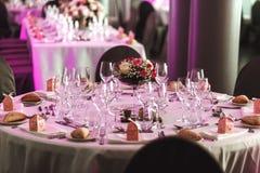 Elegancki luksusowy cutlery i tablewear z kwiatami przy hotelowym weddi Zdjęcia Stock