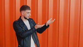 Elegancki mężczyzna podobno balansuje coś lub, wybór między lewicą i prawą rękę zdjęcie wideo