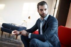 Elegancki młody człowiek w łęku krawacie i kostiumu długopis biznesowej stylu biała kobieta modny wizerunek zdjęcia royalty free