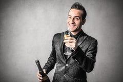 Elegancki mądrze mężczyzna z butelką wino Obrazy Stock