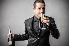 Elegancki mądrze mężczyzna z butelką wino Fotografia Royalty Free