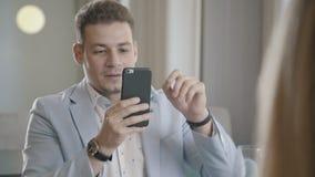 Elegancki mężczyzna bierze obrazki jego żona w restauracyjnym używa smartphone zbiory wideo