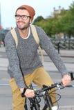 Elegancki mężczyzna jedzie bicykl w mieście fotografia stock