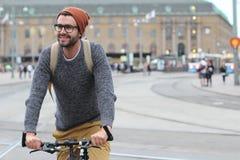 Elegancki mężczyzna jedzie bicykl w mieście z kopii przestrzenią fotografia royalty free