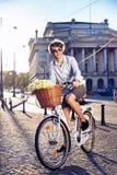Elegancki mężczyzna jedzie rower Obraz Stock