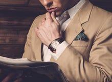 Elegancki mężczyzna jest ubranym kurtkę zdjęcie royalty free