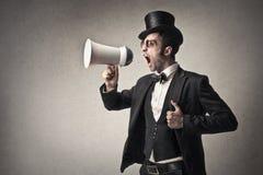 Elegancki mężczyzna krzyczy w megafon Obrazy Royalty Free