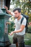 Elegancki mężczyzna odświeżenie przy fontanną Zdjęcie Stock