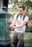 Elegancki mężczyzna odświeżenie przy fontanną Zdjęcia Royalty Free