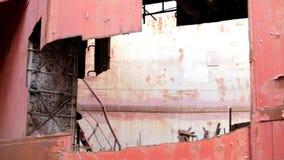 Elegancki mężczyzna odprowadzenie Na Rujnującej fabryce zdjęcie wideo