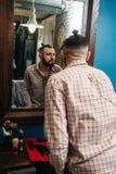 Elegancki mężczyzna patrzeje go w lustrze Obrazy Royalty Free
