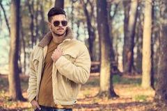 Elegancki mężczyzna pozuje w jesień parku Zdjęcia Stock