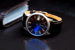 Elegancki elegancki mężczyzna ` s zegarek i wizytówka właściciel fotografia stock