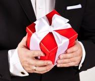 Elegancki mężczyzna teraźniejszości prezenta pudełko obrazy stock