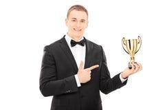 Elegancki mężczyzna trzyma trofeum Obraz Royalty Free