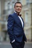 Elegancki mężczyzna w błękitnym kostiumu z motylim krawatem zdjęcie royalty free