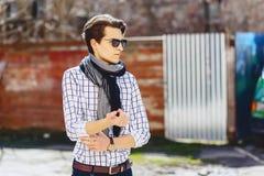 Elegancki mężczyzna w okularach przeciwsłonecznych na ulicie Zdjęcia Stock