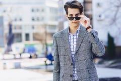 Elegancki mężczyzna w okularach przeciwsłonecznych na ulicie obraz stock