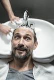 Elegancki mężczyzna w zakładzie fryzjerskim Obrazy Stock