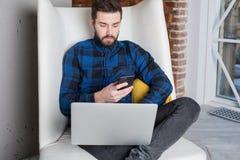 Elegancki mężczyzna zawartości kierownik używa telefon komórkowego i książkę dla pracy zdjęcie stock