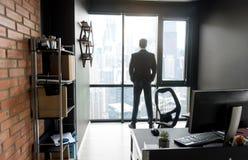 Elegancki męski dyrektor cieszy się miasto krajobraz Obraz Stock