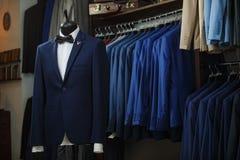 Elegancki męski mannequin przedstawia luksus nadaje się smokingu i samiec mody akcesoria Obrazy Stock