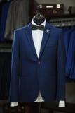 Elegancki męski mannequin przedstawia luksus nadaje się smokingu i samiec mody akcesoria Obraz Stock