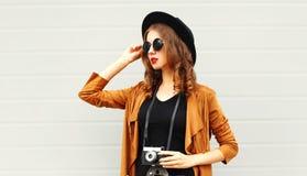 Elegancki młoda dziewczyna model z retro ekranową kamerą jest ubranym eleganckiego kapelusz Obraz Stock