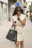 Elegancki młody biznesowej kobiety texting Obrazy Stock