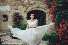 Elegancki młody brunetki panny młodej odprowadzenie w lato ogródzie w Ita zdjęcie royalty free