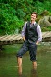 Elegancki młody człowiek cieszy się naturę z jego Obraz Stock