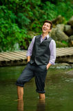 Elegancki młody człowiek cieszy się naturę z jego Fotografia Stock