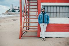 Elegancki młody człowiek stoi blisko oceanu z brodą zdjęcia royalty free