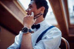 Elegancki młody człowiek w suspenders i szkłach w kawiarni Fotografia Stock