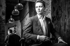 Elegancki młody człowiek w zakładzie fryzjerskim Biała fotografia obrazy royalty free