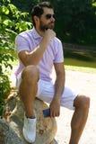 Elegancki młody człowiek z telefonem Zdjęcia Royalty Free