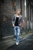 Elegancki młody modny atrakcyjny mężczyzna plenerowy Obrazy Royalty Free