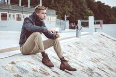 Elegancki młody przystojny mężczyzna fotografia stock
