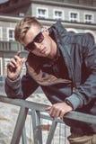 Elegancki młody przystojny mężczyzna zdjęcia royalty free