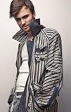 Elegancki młody przystojny mężczyzna. Pracowniany moda portret. zdjęcia stock