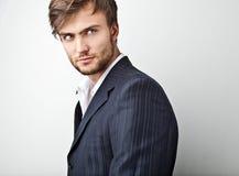 Elegancki młody przystojny mężczyzna. Pracowniany moda portret. Zdjęcie Stock
